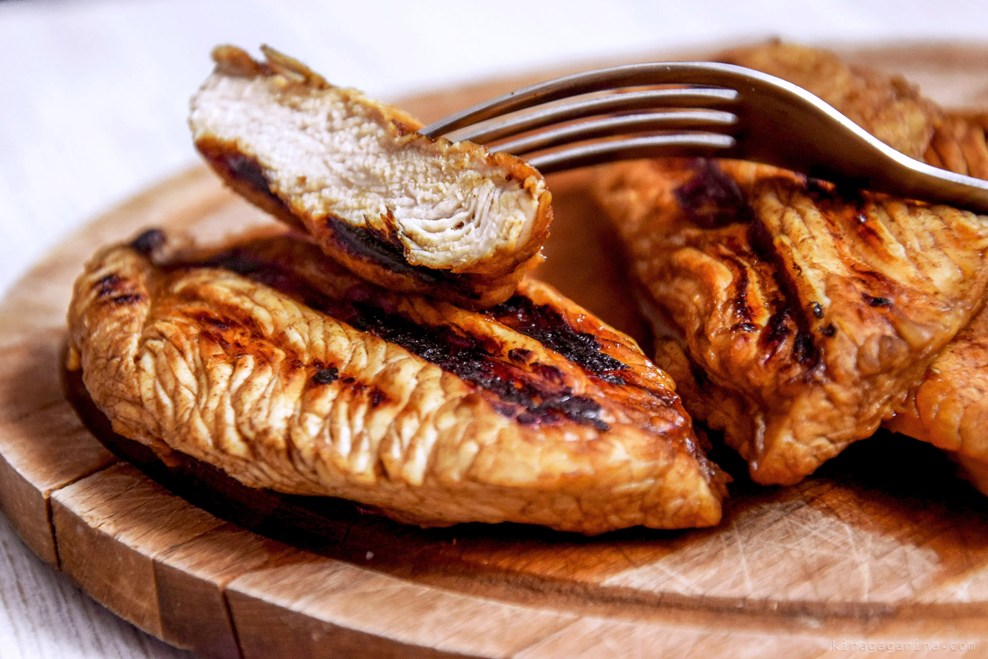 Готовить птицу можно на сковороде, гриле, вертеле.